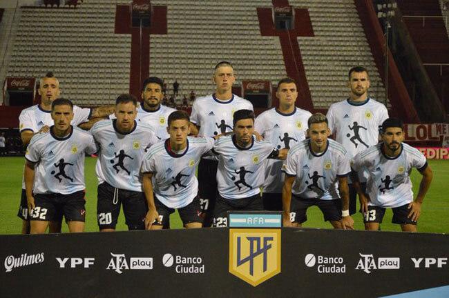 Para recordar la figura de Diego Armando Maradona tras su fallecimiento, la Liga Profesional de Fútbol entregó camisetas argentinas con el número diez en la espalda a todos los jugadores del campeonato. En la foto, el 11 de Patronato posa rindiendo homenaje al10.