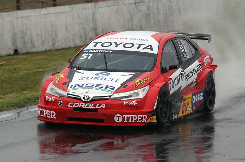 Con el plus de la localía, Exequiel Bastidas se subió una vez más al podio en el TC 2000 disputado en el Autódromo Ciudad de Paraná este viernes 15 de enero. El ganador fue el uruguayo Rodrigo Aramendia.