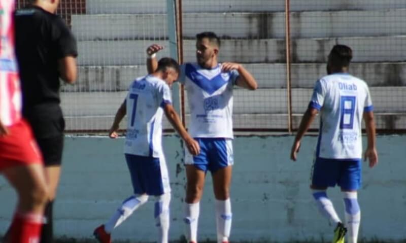 Walter Torres, delantero de Sportivo Urquiza, viene de convertir en la victoria de la V azulada frente a Paraná y dialogó con La Cábala sobre el presente del equipo.